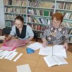 Сотрудники при подготовке к экзамену.