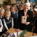 Ученики поздравили Фаину Петровну с праздником Победы.